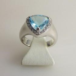 Bague topaze bleue et diamants or blanc